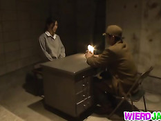 В японской тюрьме женщине приходится отсасывать надзирателям