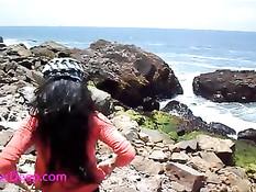 Привёл азиатскую тёлочку на скалистый пляж и дал отсосать член