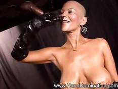 Лысая госпожа с большой грудью в чёрных перчатках дрочит член