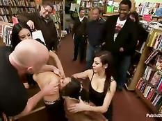 Связанная сучка Leilani Leeanne сквиртует во время порки на людях