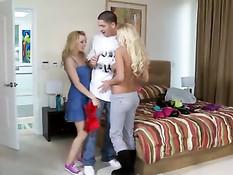 Блондиночки Lexi Belle и Riley Evans трахаются с парнем на кровати