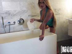 Блондиночка Corinne Blake купается в ванне с молоком и сосёт член