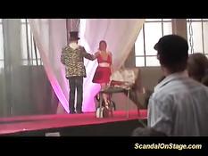 Грудастая блондиночка приглашает парня на сцену и даёт отлизать