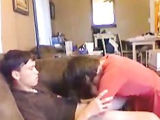 Девушка в красном платье отсасывает член парню в домашнем порно