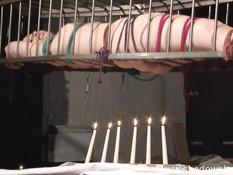 Пламя свечей обжигает голое тело связанной девки Caroline Pierce