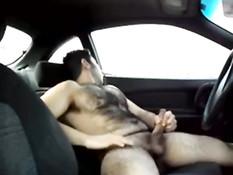Волосатый гей раздевается и дрочит свой член за рулём автомобиля