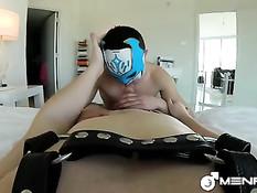 Голубой парень в маске отсасывает член приятелю и ебёт в задницу
