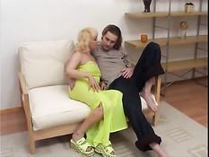 Парень оттрахал зрелую русскую блондинку в бритую киску и анус