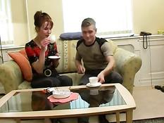 Худая русская женщина отсасывает парню и даёт оттрахать в киску