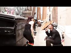 Татуированная шалава Krysta Kaos трахается с бомжом в подворотне