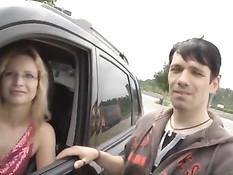 Немецкая брюнетка отсасывает мужикам на обочине возле машины