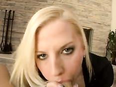 Молодая блондиночка Haley Cummings подрочила пенис сиськами