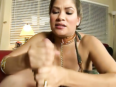 Сексуальная штучка Leia Slave дрочит член руками и делает минет