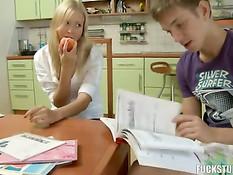 Парень на кухне оттрахал непослушную русскую блондинку в анус