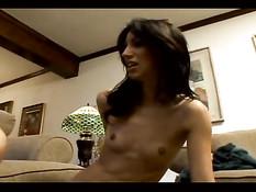 Девушки пытаются заниматься анальным сексом в домашнем порно