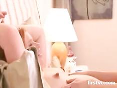 Худая подруга лижет киску беременной девке с торчащими сосками