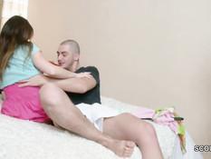 Молодой человек отодрал в бритую письку худую русскую девушку