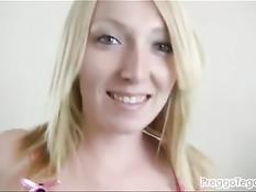 Беременная блондинка с пирсингом пупка ласкает себя вибратором