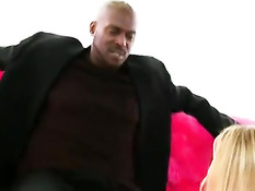 Негр в презервативе отъебал грудастую блондинку Samantha Saint