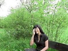 Немецкая брюнеточка отсасывает хуй и ебётся на скамейке в парке