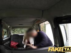 Сексуальная сисястая блондинка отсасывает член и ебётся в такси