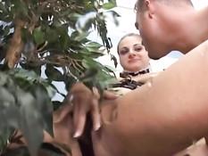 Девка с интимной стрижкой сквиртует и даёт оттрахать раком в анал