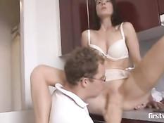 Немецкая домохозяйка отсасывает сантехнику и получает хуй в анал
