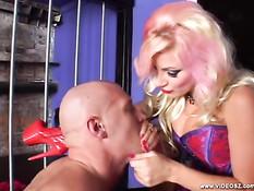 Сисястая блондинка в латексе Brittany Andrews ебёт парня страпоном