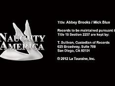 Мужчина оттрахал на диване грудастую блондиночку Abbey Brooks