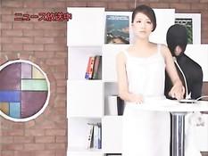 Парень в маске раздевает и ебёт японскую ведущую в прямом эфире