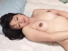 Мужик делает куннилингус и трахает на полу свою японскую жену