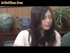 Застенчивая азиатская девка трахается с пожилым лысым мужчиной