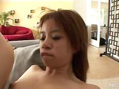 Азиатская девчонка с бритой киской трахается с испанским парнем