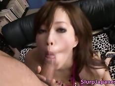 Сексуальная японская подруга лижет и отсасывает мошонку и член
