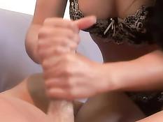 Азиатская красотка смазывает член смазкой и дрочит двумя руками