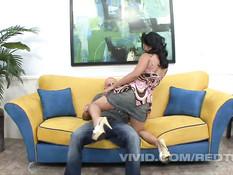 Азиатская девушка с волосатым лобком на диване ебётся с лысым