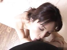 Азиатская женщина показывает волосатую киску и ебётся с парнем