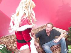 Сиськастая блондинка Shyla Stylez ебётся с мужиком возле ёлочки