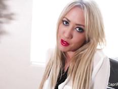 Блондинка с большими сиськами Capri Cavalli мастурбирует клитор
