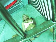 Сисястая заключённая Brooke Banner теребит киску в своей камере