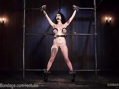 Отхлестал и оттрахал закованную в цепи рабыню Arabelle Raphael
