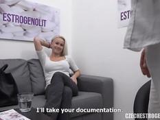 Грудастую чешскую блондиночку оттрахал на диване молодой врач