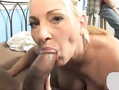 Зрелая блондинка с большой грудью Cala Craves трахается с негром