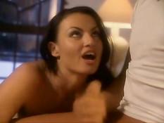 Сисястая брюнетка с интимной стрижкой Laura Angel скачет на члене