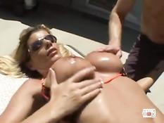 Мужик ебёт знойную блондинку с большой грудью Kristal Summers