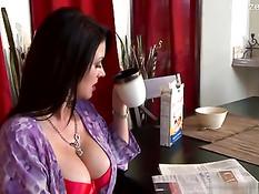 Домохозяйка с большой грудью Raquel Devine трахается с очкариком