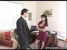 Джентльмен ебёт на рабочем столе сисястую брюнетку Eva Angelina