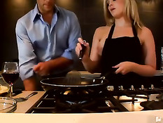 Мужик отъебал на кухне горячую сисястую блондинку Alexis Texas