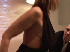 Сисястая блондинка в чёрных сапогах вставляет дилдо во влагалище