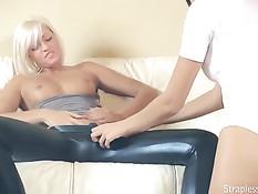 Юная блондинка лесбиянка ебёт безремнёвым страпоном брюнетку